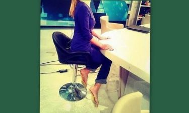 Αυτά είναι: Δείτε Ελληνίδα παρουσιάστρια σε δελτίο ειδήσεων με… παντόφλες (Nassos blog)