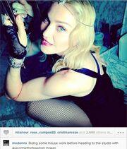Κι όμως η Madonna φορά δικτυωτό καλσόν και τρίβει τα πλακάκια του μπάνιου της!