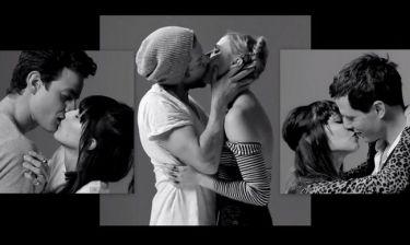 20 άγνωστοι φιλιούνται για πρώτη φορά και σαρώνουν στο You Tube