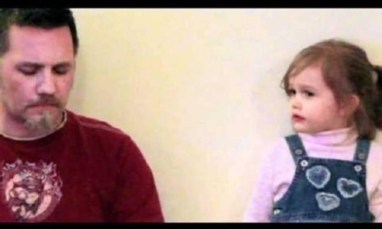 Αξιολάτρευτο! Ο μπαμπάς κάνει playback κι η 2χρονη κόρη του…τον ακολουθεί! (βίντεο)