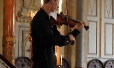 Δείτε την αντίδραση του βιολιστή όταν χτύπησε κινητό στο κονσέρτο του