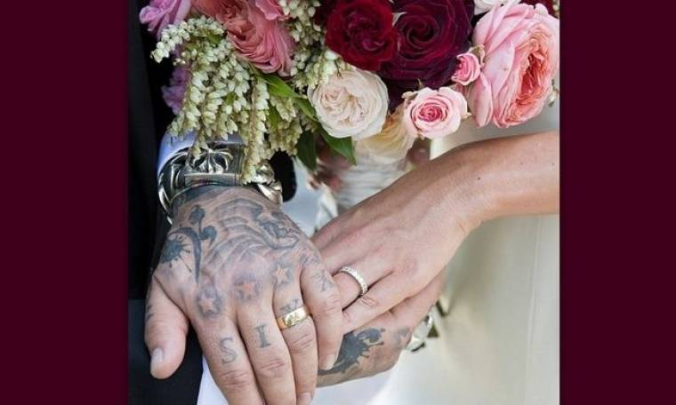 Ο γάμος 55χρονου μπασίστα διάσημου συγκροτήματος με την 28χρονη σύντροφό του σε φωτογραφίες!
