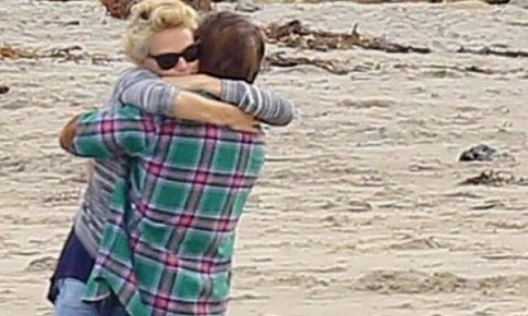 Theron-Penn: Τρυφερές αγκαλιές και φιλιά δίπλα στη θάλασσα
