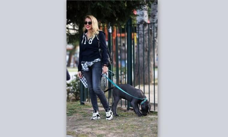 Κωνσταντίνα Σπυροπούλου: Μετά το πλατό το σκυλάκι της ούρησε στην... φύση!