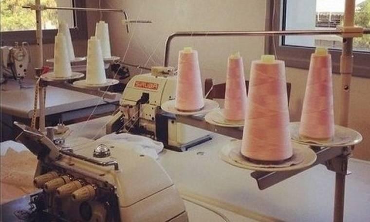 Όχι μόνο σχεδιάζει αλλά και παρακολουθεί το ράψιμο των ρούχων για τη νέα της κολεξιόν