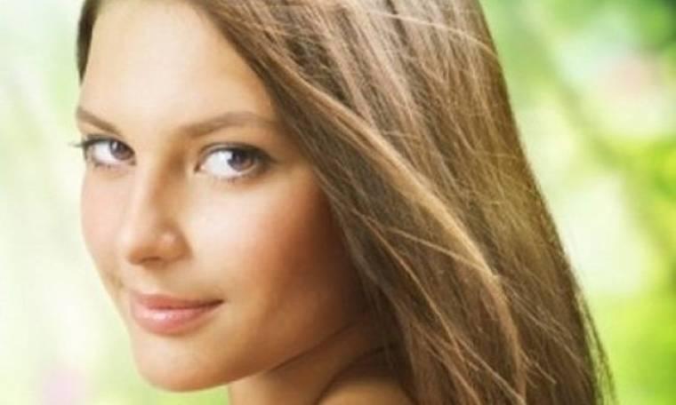 Super tip για λαμπερά και ζωντανά μαλλιά με μια κίνηση