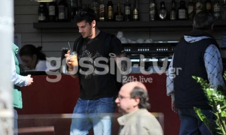 Άκης Πετρετζίκης: Βόλτα στο Κολωνάκι με καφέ στο χέρι!