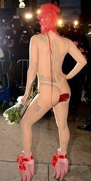 Ντύθηκε τριαντάφυλλο και… βγήκε!