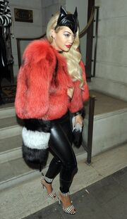 Τραγουδίστρια ντύθηκε catwoman σε πάρτι μασκέ!