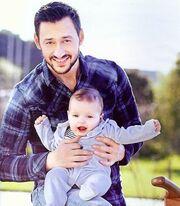 Ο Πάνος Καλίδης μας συστήνει τον έξι μηνών γιο του!