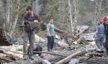 Διακινδύνευσε τη ζωή του για να σώσει ένα μωράκι μέσα από τα συντρίμμια (εικόνες)