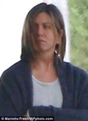 Δείτε την Aniston μελαχρινή, άβαφτη και… μουτρωμένη!