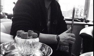 Ποιος Έλληνας τραγουδιστής καπνίζει ναργιλέ και το ευχαριστιέται;