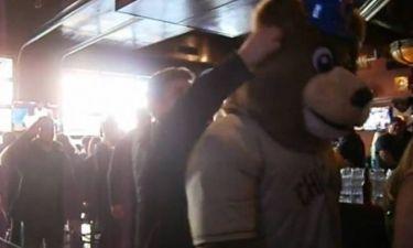 Σικάγο: Γερό... ξύλο με γροθιές ανάμεσα σε μασκότ και οπαδό (video)
