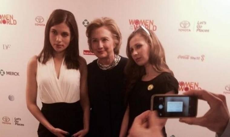 Η Χίλαρι Κλίντον φωτογραφήθηκε με τις Pussy Riot!