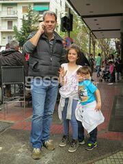 Άρης Σαμολαδάς: Με τα παιδιά του στο Κολωνάκι!
