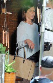 H Jennifer Aniston με σημάδια στο πρόσωπο