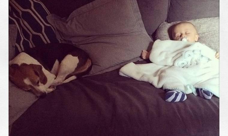Η πιο τρυφερή φωτογραφία: Ο γιος της κοιμάται και εκείνη… τον «χαζεύει»!