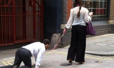 Φοράει λουρί και περπατάει σαν… σκύλος!