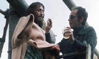 «Ο Ιησούς από την Ναζαρέτ» καπνίζει και πίνει ουίσκι πάνω στον σταυρό