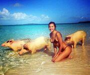 Irina Shayk: Έκανε μπάνιο με τα γουρούνια!