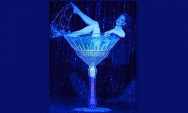 Dita Von Teese: Το «μπάνιο» της σε… 250.000 κρυστάλλους Swarovski