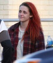 Kristen Stewart: Με κατακόκκινο μαλλί και ατημέλητη