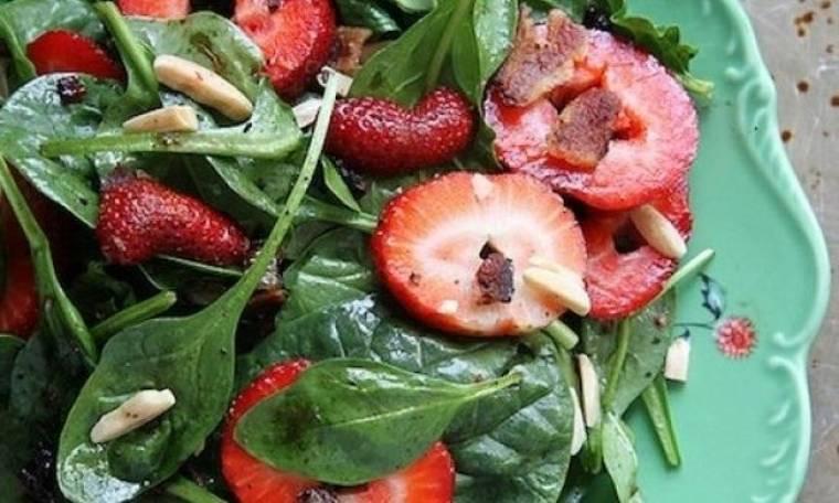 Όλη η Άνοιξη σε ένα πιάτο: Η τελειότερη σαλάτα με φράουλες!