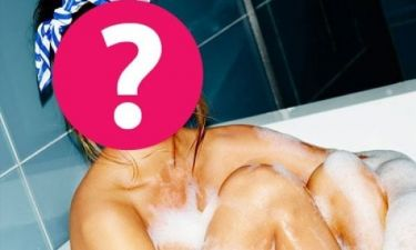 Sexy pose: Ποια διάσημη ποζάρει ολόγυμνη μέσα στη μπανιέρα της;