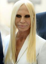 Η σοκαριστική εμφάνιση της Donatella Versace