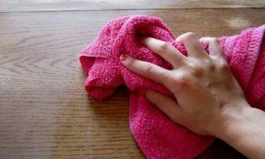 Το πιο έξυπνο tip για να διώξετε τη σκόνη από τα έπιπλα και να γυαλίζουν σαν καινούργια