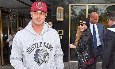 Ο Τέιλορ Κίνεϊ χούφτωσε την Gaga μπροστά στους φωτογράφους (φωτο)