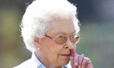 Η βασίλισσα Ελισάβετ σκαλίζει την μύτη της!