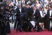 Απίστευτο! Άγνωστος άντρας τρύπωσε κάτω από το φόρεμα γνωστής ηθοποιού στο κόκκινο χαλί!