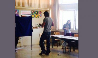 Εκλογές 2014: Του έβγαλε «παπαράτσι» φωτογραφία την ώρα που ψήφιζε