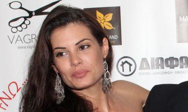 Μαρία Κορινθίου: «Βγαίνω με παντόφλες, αμακιγιάριστη, είμαι χάλια και γελάω»