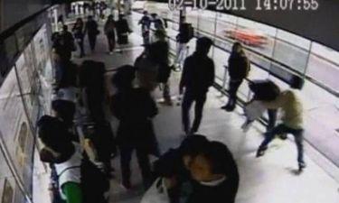 Κλέφτης αρπάζει το κινητό μιας γυναίκας και αμέσως τον χτυπάει λεωφορείο (Vid)