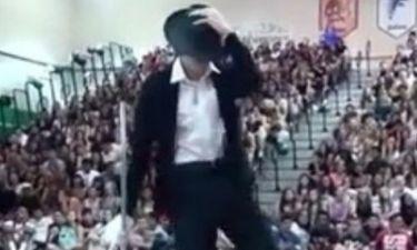 Ο πιτσιρικάς που σαρώνει στο YouTube μιμούμενος  τον Μάικλ Τζάκσον