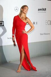 Δείτε την εμφάνιση της Conchita Wurst δίπλα σε θεές όπως η Sharon Stone και η Heidi Klum που την... έσβησαν!