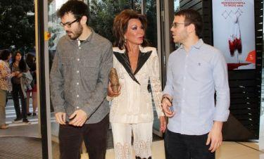 Δημόσια εμφάνιση μετά από καιρό της Γιάννας Αγγελοπούλου με τους γιους της (φωτό)