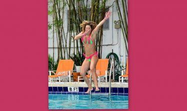 H γυμνάστρια «ξαναχτυπά»! Βούτηξε στην πισίνα και λύθηκε το κορδονάκι της!