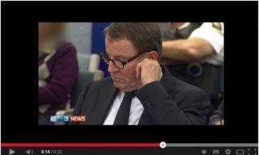 Βουλευτής σκάλισε το αυτί του και... έφαγε ότι βρήκε! (βίντεο)