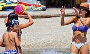 Δέσποινα Βανδή: Παιχνίδι με τα παιδιά της στην θάλασσα!