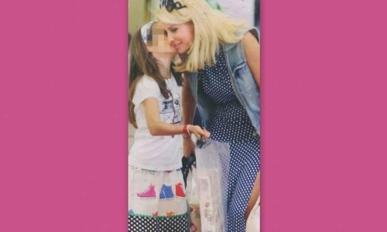 Ελένη Μενεγάκη: Βόλτα με τις κόρες της και το γλυκό φιλί της Λάουρας!