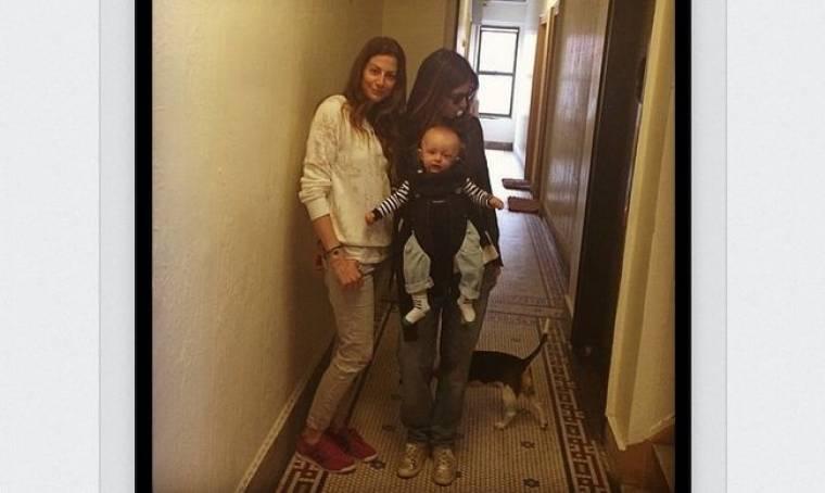 Με τον γιο της αγκαλιά και την πιπίλα στο στόμα η Σοφία Καρβέλα