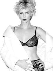 H Charlize Theron στα 38 της ποζάρει με σέξι εσώρουχα
