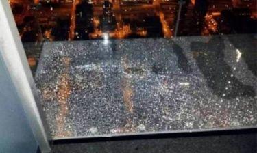 Σικάγο: Ράγισε το γυάλινο πάτωμα ασανσέρ στον 100ο όροφο! (photos)