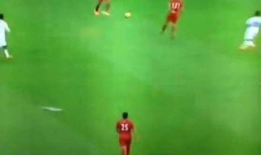 Φίλαθλος έριξε σαΐτα σε ποδοσφαιριστή στο Wembley! (βίντεο)