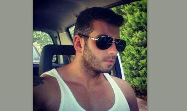Ποιας γνωστής Ελληνίδας τραγουδίστριας είναι αδερφός ο νεαρός της φωτογραφίας;