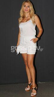 Στα λευκά και με… λικνίσματα η Κωνσταντίνα Σπυροπούλου!